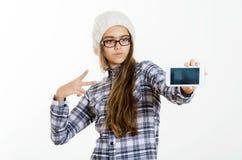 La chica joven bonita de la moda hace el retrato del selfie en smartphone Imagen de archivo libre de regalías