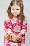 La chica joven bonita es sonriente y que se sostiene con dryi Foto de archivo