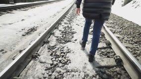 La chica joven camina en el ferrocarril almacen de metraje de vídeo