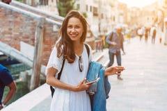 La chica joven camina las calles de Venecia imagen de archivo libre de regalías