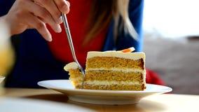 La chica joven come la torta de la calabaza en el café almacen de metraje de vídeo