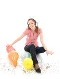 La chica joven con auriculares aislados Imagen de archivo libre de regalías