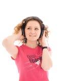 La chica joven con auriculares aislados Fotografía de archivo