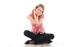 La chica joven con auriculares aislados Fotos de archivo