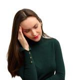 La chica joven con dolor de cabeza lleva a cabo la cabeza con su mano el dolor en sus templos jaqueca Imágenes de archivo libres de regalías