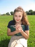 La chica joven con el libro Imagen de archivo