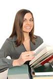 La chica joven con el pelo largo y el libro imagen de archivo