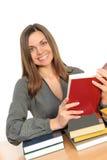 La chica joven con el pelo largo y el libro fotos de archivo libres de regalías