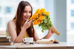 La chica joven con el presente de flores Fotos de archivo