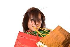 La chica joven con los conjuntos después de hacer compras. Foto de archivo libre de regalías