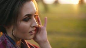 La chica joven con los ligones del humor del otoño en la cámara y los juegos con su pelo 4K almacen de video