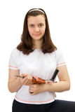 La chica joven con manual perfora adentro las manos Foto de archivo