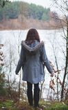 La chica joven con su pelo se coloca cerca del agua Fotos de archivo libres de regalías