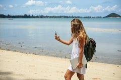 La chica joven con un pelo justo, toma un selfie, estando en el país tropical, la muchacha en ir de la hamaca Imagenes de archivo