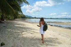 La chica joven con un pelo justo, toma un selfie, estando en el país tropical, la muchacha en ir de la hamaca Foto de archivo libre de regalías