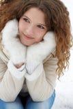La chica joven con un pelo que fluye, sonriendo, mira Foto de archivo libre de regalías