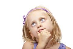 La chica joven contemplativa mira para arriba. Foto de archivo