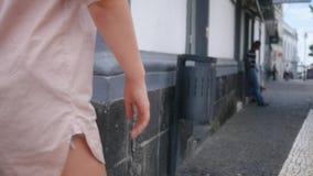 La chica joven cruza el camino de una ciudad europea vieja, vista lateral sobre pies almacen de video