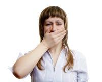 La chica joven cubre su boca con sus manos Fotografía de archivo