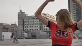 La chica joven de un fanático del fútbol rubio de Inglaterra, disfruta, aumenta sus brazos para arriba, disfruta en la victoria,  almacen de video