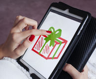 La chica joven dibuja en la tableta Fotografía de archivo