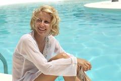 La chica joven disfruta del verano en la piscina Imagenes de archivo