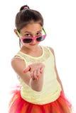 La chica joven divertida con distribuye el plano. Foto de archivo libre de regalías