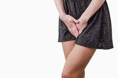 La chica joven, dolor doloroso en el ?tero, abdomen, sosteniendo su entrepierna del abdomen m?s bajo presion? M?dico o ginecol?gi imágenes de archivo libres de regalías