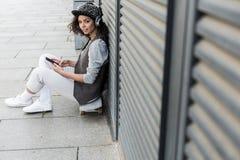 La chica joven elegante está descansando al aire libre con placer Fotos de archivo libres de regalías