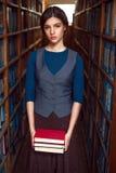 La chica joven elige los libros para leer Fotografía de archivo libre de regalías