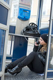 La chica joven en cabina de teléfono fotos de archivo libres de regalías