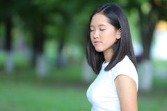 La chica joven en el parque es paso que camina Foto de archivo libre de regalías