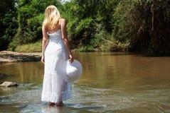 La chica joven en ir blanco en el río Foto de archivo