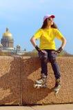 La chica joven en los rodillos Fotos de archivo libres de regalías