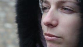 La chica joven en ropa del invierno mastica el bolo alimenticio almacen de video