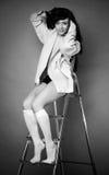 La chica joven en un step-ladder. fotografía de archivo