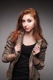 La chica joven en una chaqueta de cuero representa el modelo Fotos de archivo