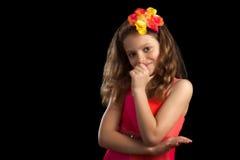 La chica joven en vestido vibrante da la boca Foto de archivo