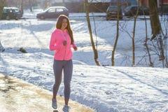 La chica joven entra para los deportes en parque del invierno Fotografía de archivo