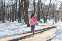 La chica joven entra para los deportes en parque del invierno Fotografía de archivo libre de regalías