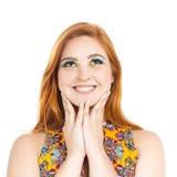 La chica joven es muy feliz y agradecida Muchacha Redheaded que lleva el co Imágenes de archivo libres de regalías