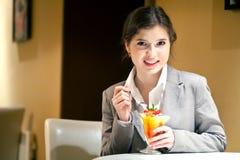 La chica joven está comiendo el postre Imagen de archivo