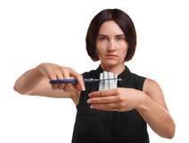 La chica joven está cortando los cigarrillos aislados en un fondo blanco Conciencia del apego que fuma Abandono de concepto que f Imagen de archivo