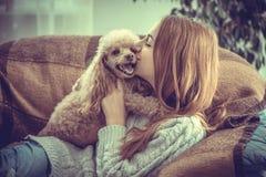 La chica joven está descansando con un perro Imágenes de archivo libres de regalías