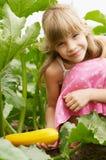 La chica joven está en el jardín Fotografía de archivo
