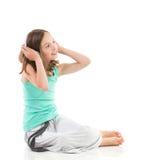 La chica joven está escuchando la música Imágenes de archivo libres de regalías