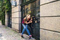 La chica joven está esperando cuando el lavabo estará disponible, Stockhol Fotografía de archivo libre de regalías