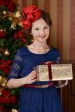 La chica joven está esperando la Navidad Imagen de archivo