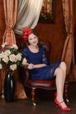 La chica joven está esperando la Navidad Fotos de archivo libres de regalías