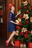 La chica joven está esperando la Navidad Imagenes de archivo
